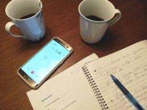 Diktafon, spørgeliste, noter og kaffe.